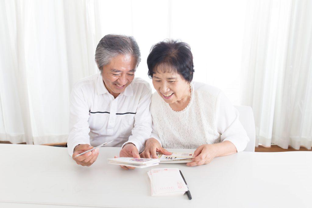 年賀状を楽しみにする高齢夫婦