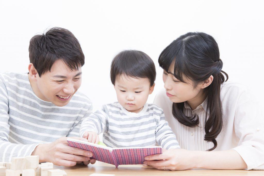 パパとママが子どもに絵本を読んでいる