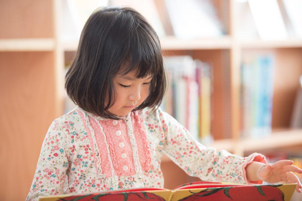 女の子が絵本を読んでいる