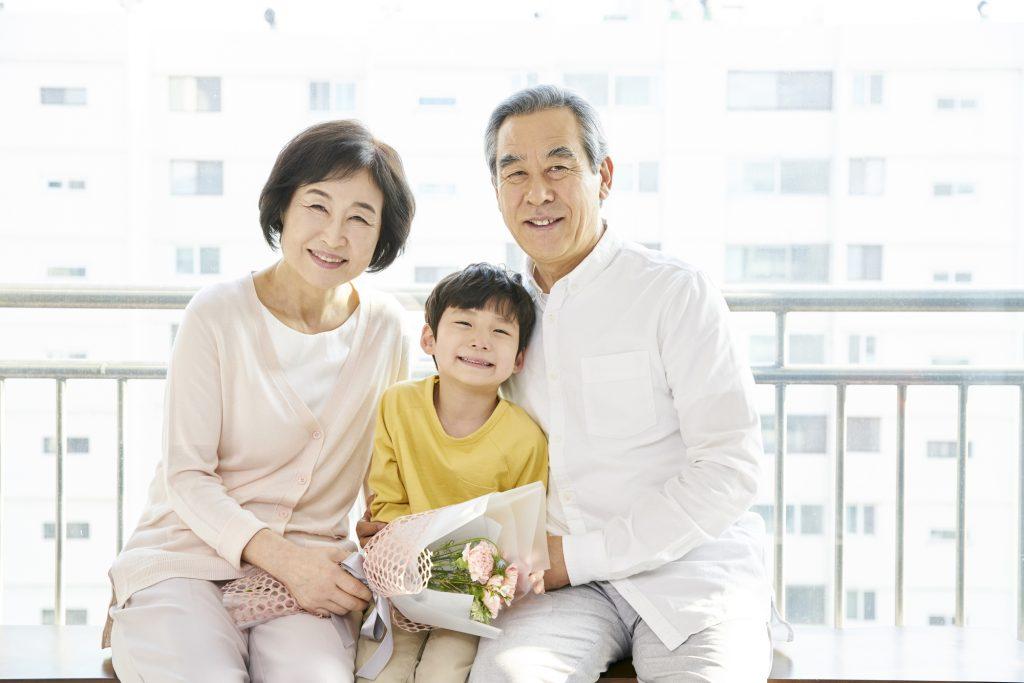 祖父母と孫の写真
