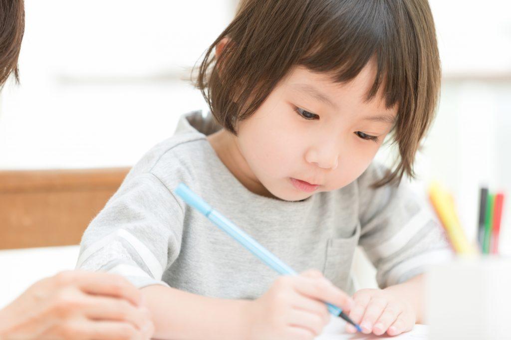 文字を書こうとする子ども
