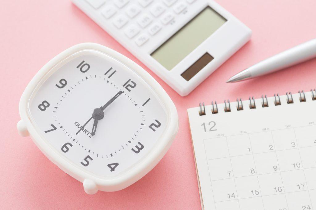 時計と電卓と卓上カレンダーとボールペン