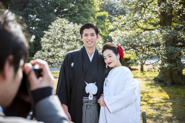 結婚記念写真を撮影する二人