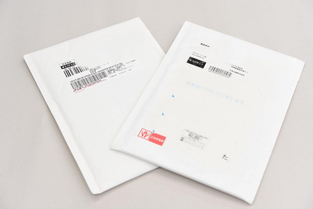白いクッション付き封筒2つ